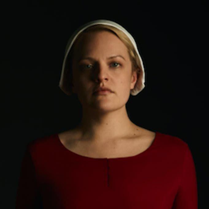 elisabeth-moss-in-the-handmaids-tale