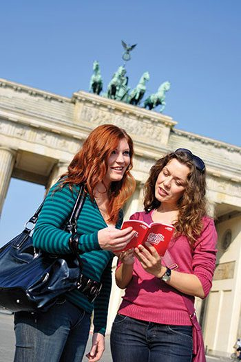 fea_travel_berlin_Tourists-at-brandeburg-gate_credit-visitBerlin_Fragasso